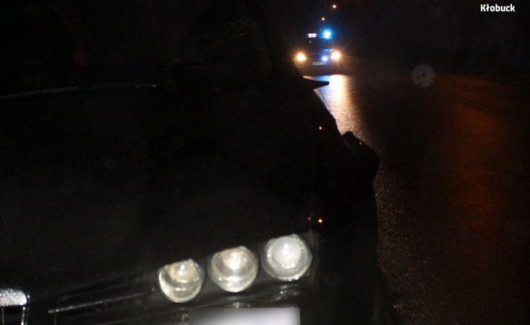 Wszedł prosto pod samochód. Policja szuka świadków
