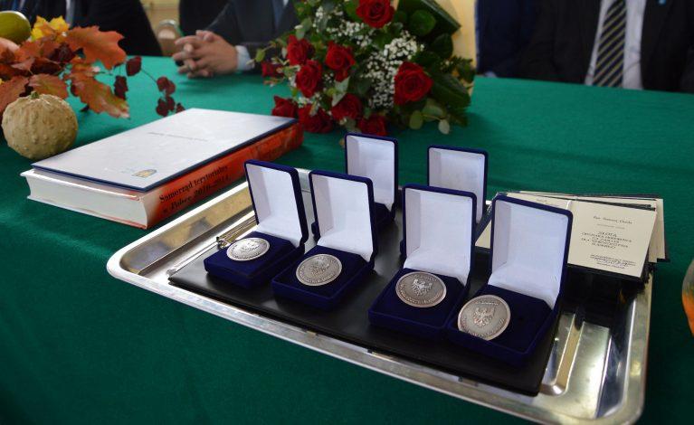 Odznaki honorowe za zasługi