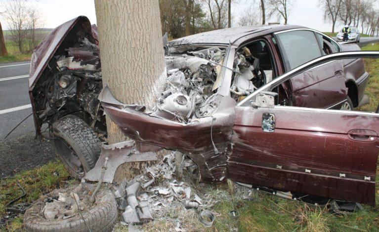 33-letni kierowca uderzył w drzewo