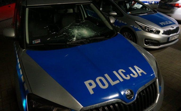 Chciał odpłacić się policjantom więc uszkodził szybę w radiowozie