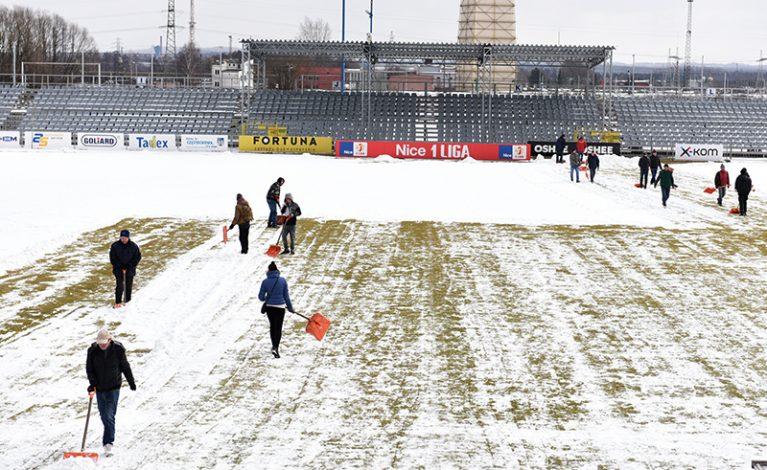 Odśnieżanie płyty głównej stadionu Rakowa