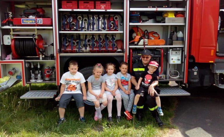 Strażacy wkościeleckim przedszkolu