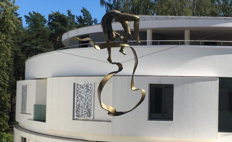 Rzeźby Kędziory balansują w Rydze