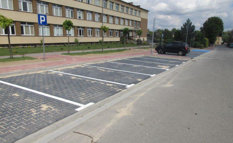 Budują parking przy szkole
