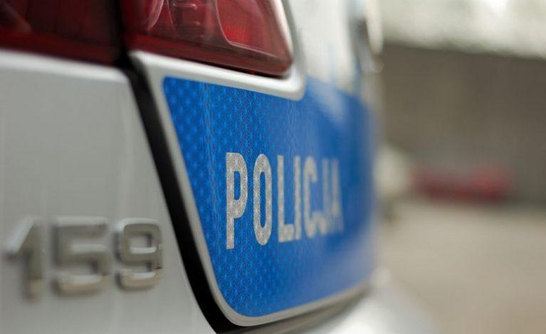 Policjant nie może trzymać rąk w kieszeni