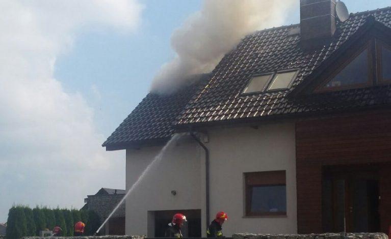 Zaalarmował o płonącym dachu