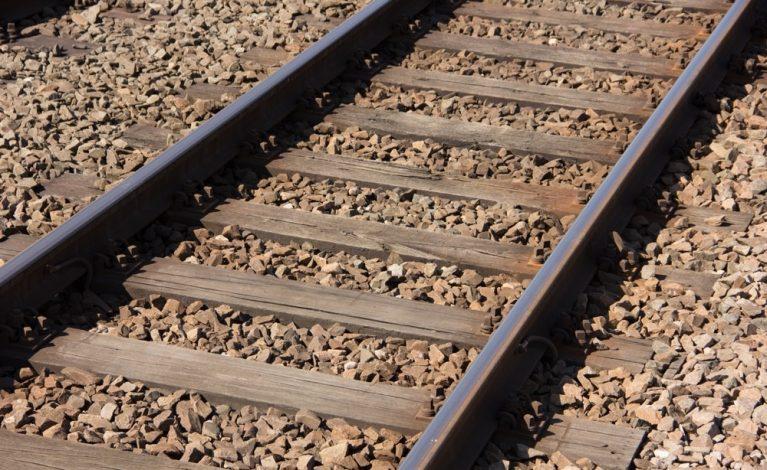Wpadł pod nadjeżdżający pociąg