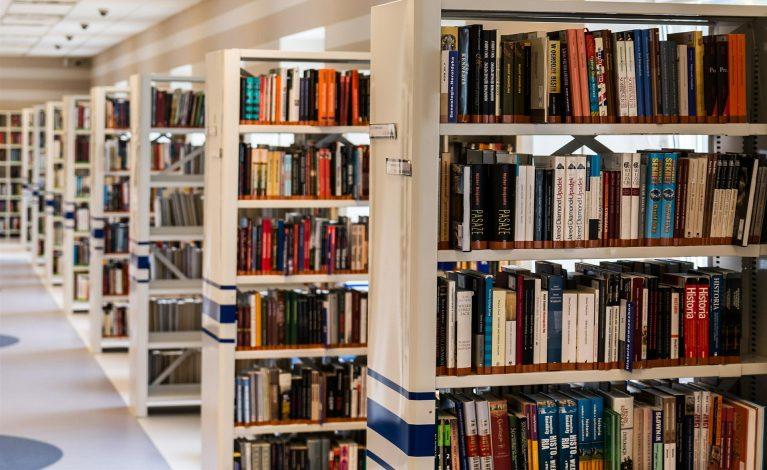 Tysiące książek z wierszami trafi na oddziały położnicze w całej Polsce