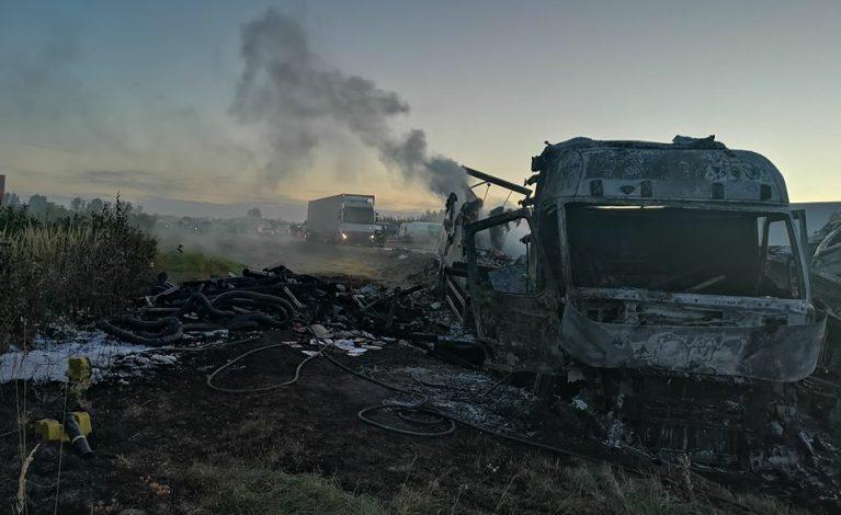 Kolizja na trasie. Dwie ciężarówki spłonęły