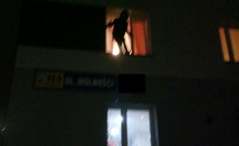 Wyskoczył przez okno, bo… bał się konsekwencji
