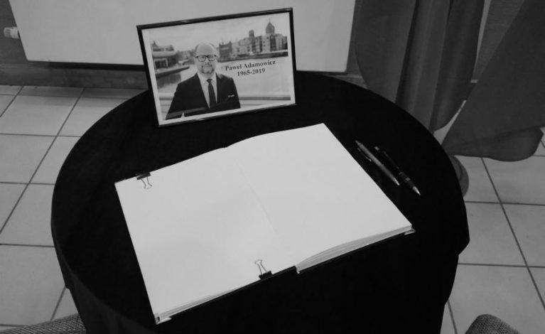 Księga kondolencyjna w częstochowskim urzędzie