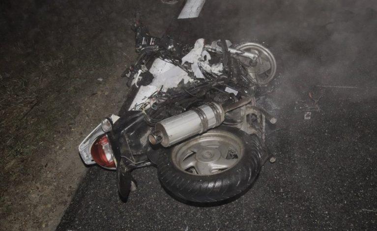 Wyprzedzał we mgle. Motorowerzystka nie żyje