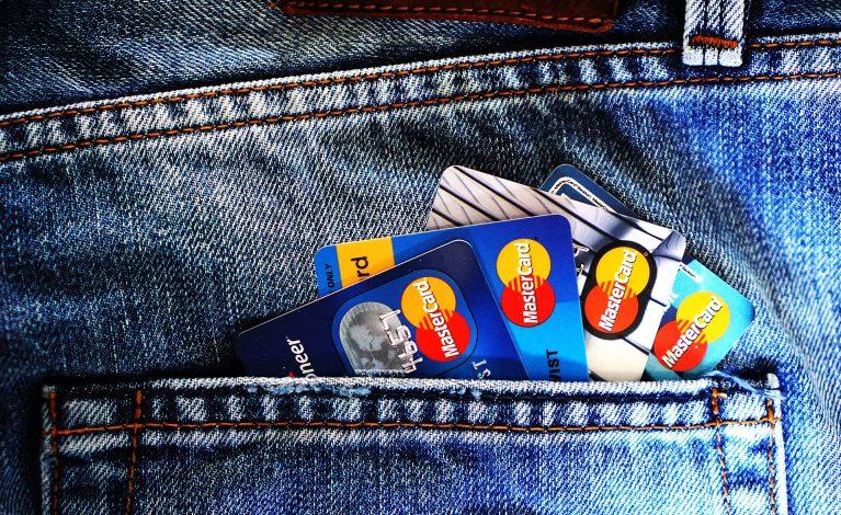 Ukradli dwie karty bankomatowe. Korzystali, jak ze swoich