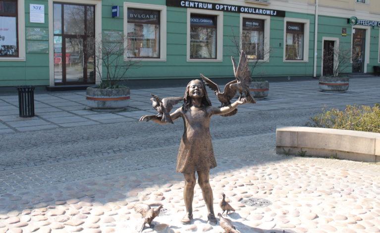 Dziewczynka z gołębiami wróciła na miejsce