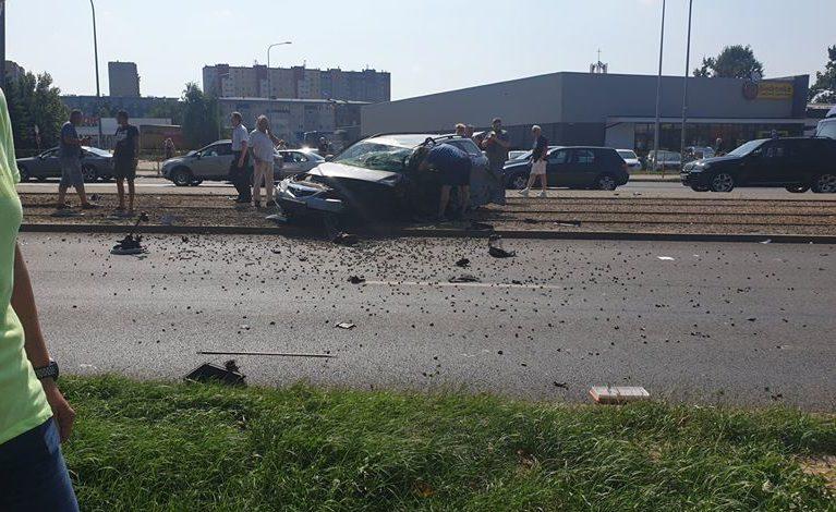 Kobieta uderzyła w słup i zakleszczyła się w samochodzie