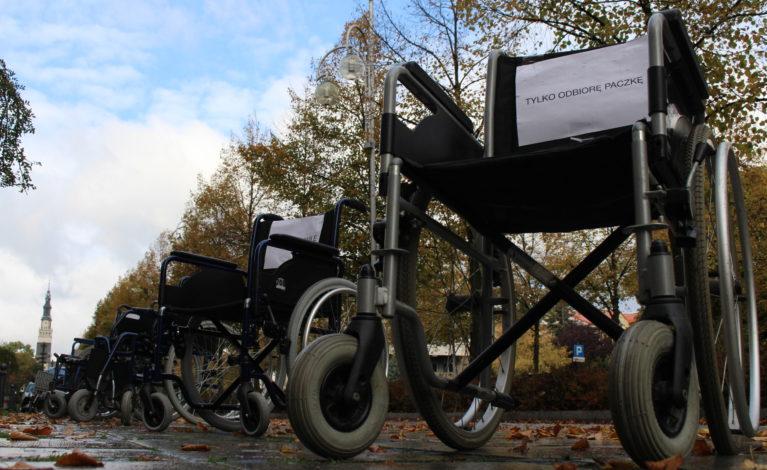 Na miejscach parkingowych stanęły… wózki