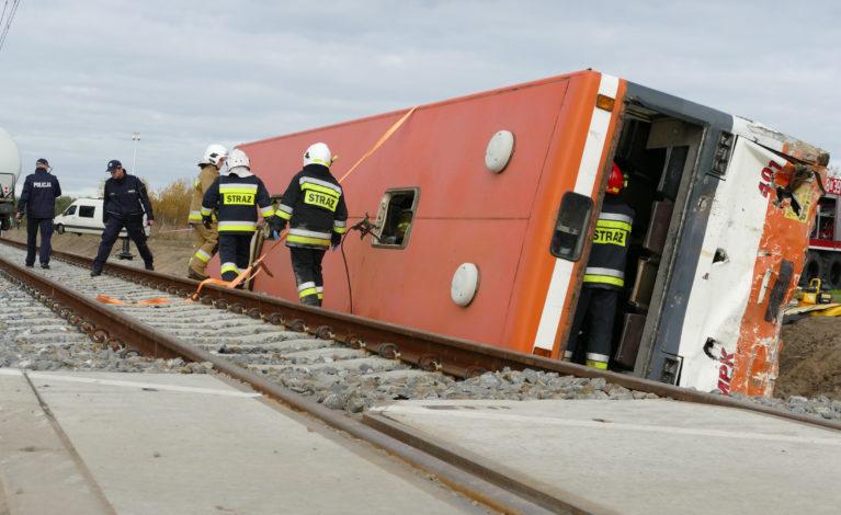 Zderzenia pociągu towarowego z autokarem