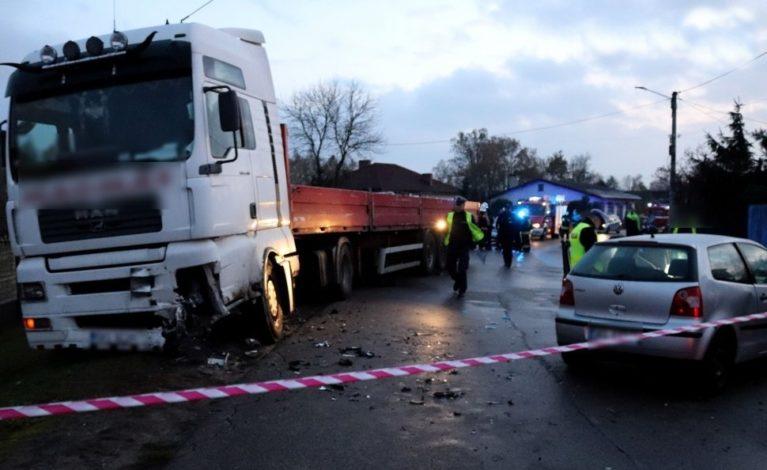 Straciła panowanie nad pojazdem i zderzyła się z ciężarówką