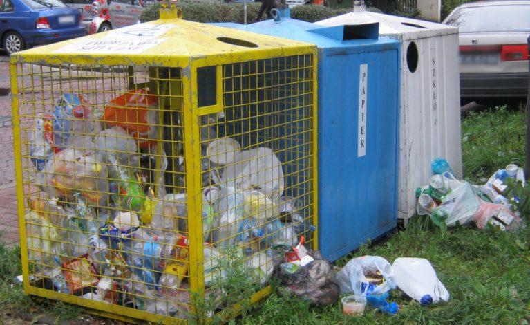 Na Błesznie wyrzucają śmieci przez okno
