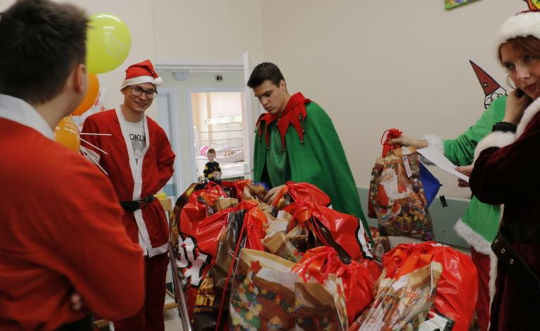 Parkitka pełna Świętych Mikołajów