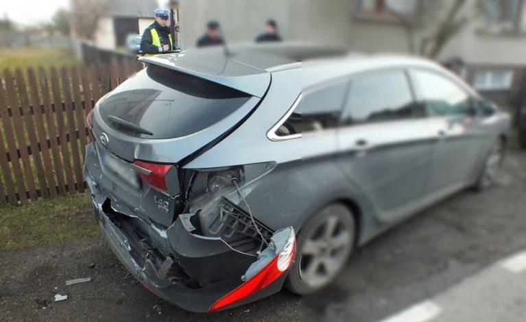 Uderzył w zaparkowany samochód. Po pijanemu i bez prawa jazdy