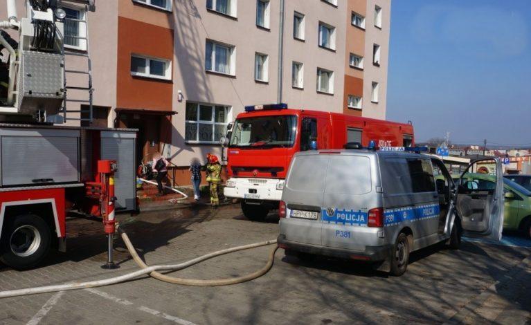 Weszli do płonącego mieszkania i uratowali 78-latkę