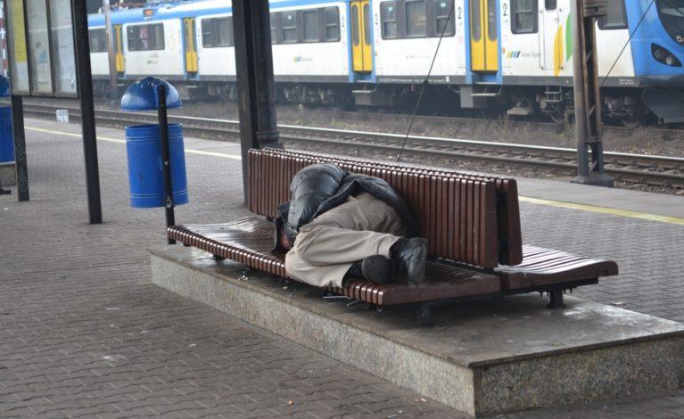 Bezdomni z zakazem opuszczania noclegowni