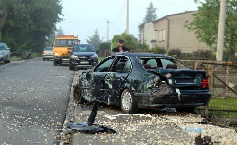 Zniszczone ogrodzenia i porzucone BMW