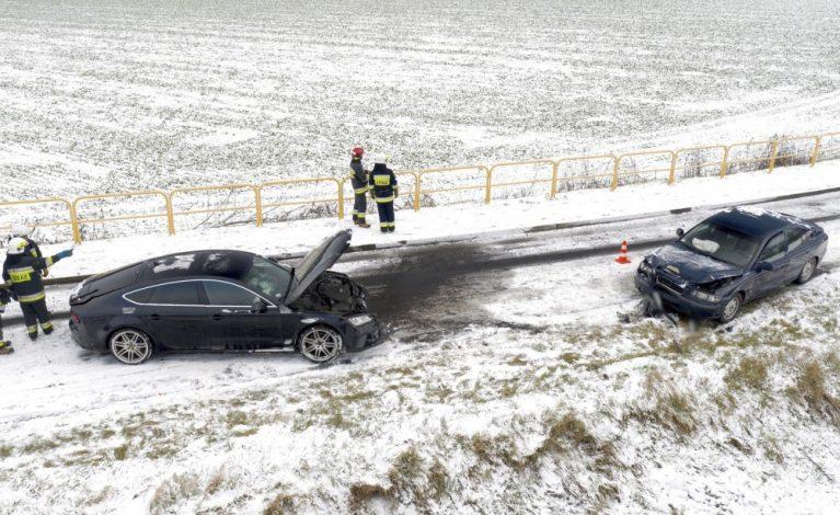 KGP do kierowców: apelujemy o ostrożną jazdę; w ciągu ostatnich kilku dni na drogach zginęło 26 osób