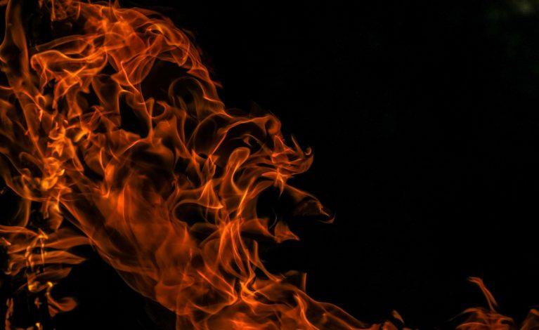 W spalonym samochodzie odkryto zwęglone zwłoki