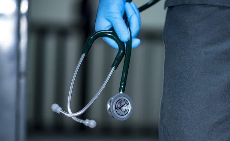 W szpitalach przeciążone instalacje tlenowe, zaczyna brakować leków na COVID-19