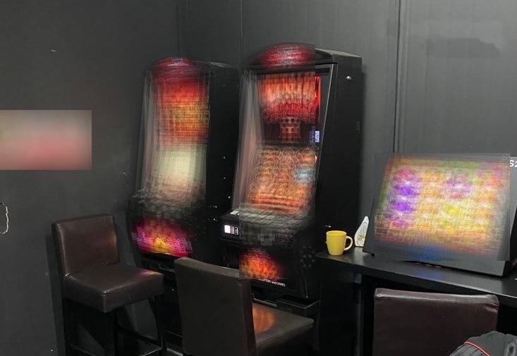 Nielegalny hazard i poszukiwany mężczyzna w jednym z salonów