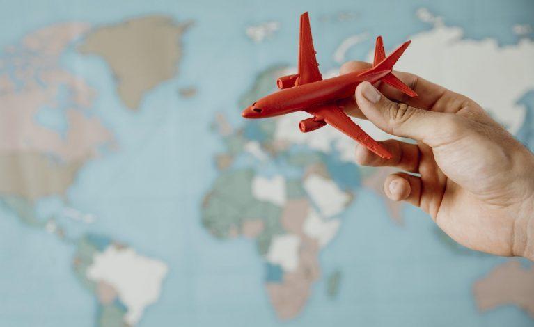 Na zagraniczne wakacje wciąż ze świadectwem szczepień lub testem