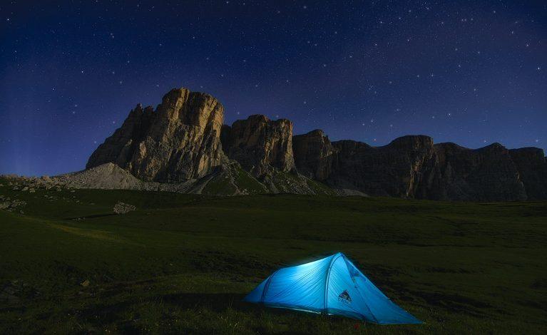 Akcesoria kempingowe i inne wyposażenie – co zabrać na wakacje pod namiotem?